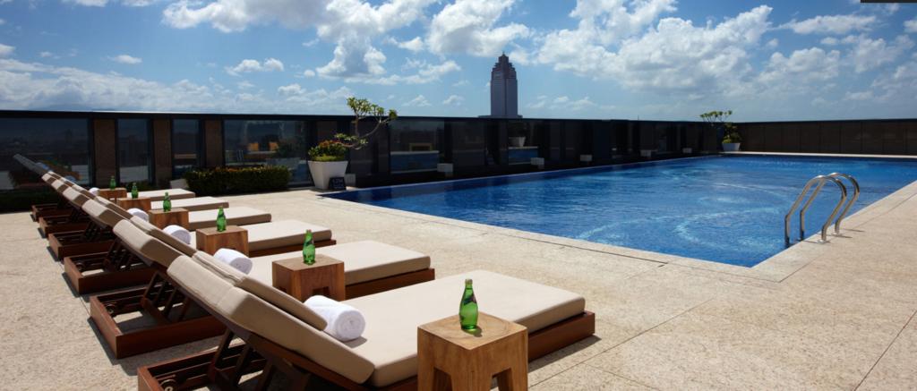 ホテルオークラプレステージの屋上にあるプール